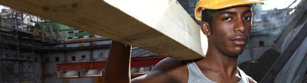 Homem no trabalho. Confira mais em direito do trabalho, salário mínimo, trabalho decente e salário digno em Meusalario
